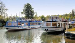 Fahrgastschiffe / Ausflugsboote starten in Plau am See mit Touristen zu einer Seentour.