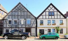 Alt + Neu; restauriertes Fachwerkhaus mit weisser Fassade - unrenoviertes Fachwerkgebäude; Rosenstrasse in Neustadt- Glewe.