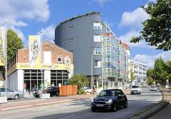 Mehrstöckiger Neubau - Glasfassade, zu Ladenräumen umgebaute Industriearchitektur - Alt + Neu in Hamburg Eppendorf.