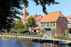 Fachwerkhaus und Pfarrkirche St. Marien in Plau am See; Uferpromenade..