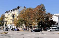 Blick über den Eppendorfer Marktplatz, Eppendorfer Landstrasse zur Martinistrasse in Hamburg Eppendorf - vom Abriss bedrohtes historisches Fachwerkgebäude.