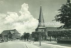 Eppendorfer Kirche - ca. 1936, im Hintergrund das Pastorat, erbaut 1928.