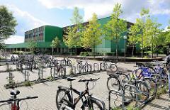 Alstergymnasium in Henstedt - Ulzburg; Fahrradständer mit Fahrrädern.