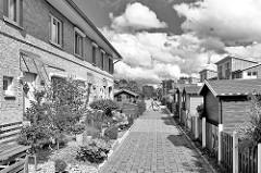Schwarz-Weiß Aufnahme - Reihenhäuser in Henstedt Ulzburg - weisse Quellwolken.