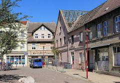 Restaurierte und verfallene Gebäude in Parchim - Lange Strasse.