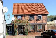 Kleines Fachwerk-Wohnhaus mit Rosenstrauch am Eingang / Blumenkästen; Bilder aus Neustadt-Glewe.