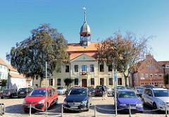 Rathaus von Neustadt-Glewe; erbaut 1806 im barocken Stil.