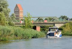 Blick vom Elde-Müritz Wasserweg zum Kirchturm der Marienkirche in Parchim, Mecklenburg Vorpommern.