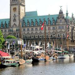 Historische Ewer / Traditionsschiffe in der Kleinen Alster - im Hintergrund das Hamburger Rathaus am Rathausmarkt.