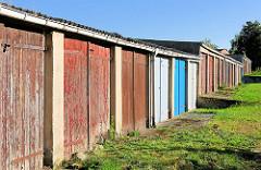 Garagentore in unterschiedlichen Farben - Holztüren; Bilder aus Lübz, Mecklenburg-Vorpommern.