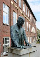 Büste Oberbaudirektor Fritz Schumacher; Hamburg Eppendorf, Krankenhausgelände - Schriftzug  Medizinhistorisches Museum Hamburg.
