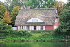 Kulturkate Beckersberg in Henstedt Ulzburg; reetgedeckter Veranstaltungsort am Naturbad.