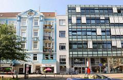 Eppendorfer Landstrasse - Neu + Alt; restaurierter historischer Altbau in Hamburg Eppendorf, Neubau mit Glasfassade; Wohnungen / Geschäfte.