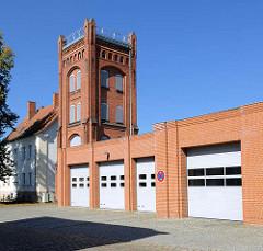 Gebäude der Freiwilligen Feuerwehr in Parchim - alter Schlauchturm, neogotische Architektur.