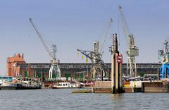 Hansahafen im Hamburger Stadtteil Kleiner Grasbrook - Blick zum Bremer Kai, Hafenschuppen 50.