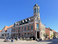Ehem. Kaiserliches Postamt am Schuhmarkt in Pachim; erbaut 1883, Architekt Hubert Stier. Das denkmalgeschützte Gebäude wird jetzt als Hotel, Restaurant und Brauerei genutzt.