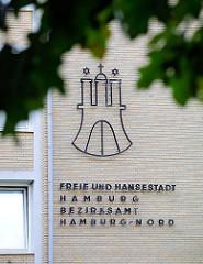 Gelbe Ziegelfassade, Inschrift Freie und Hansestadt Hamburg - Bezirksamt Hamburg Nord im Hamburger Stadtteil Eppendorf.
