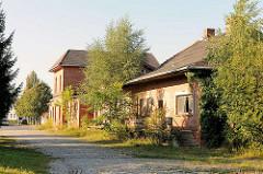 Stillgelegtes Bahnhofsgebäude mit Laderampe für Güterverkehr / Güterbahnhof in Lübz.