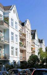 Restaurierte Gründerzeitarchitektur in Hamburg Eppendorf - Wohnhäuser mit farbiger Fassade.