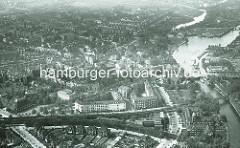 Alte Luftaufnahme von Hamburg Eppendorf - Blick auf den Bahnhof Kellinghusenstrasse und den Lauf der Alster.