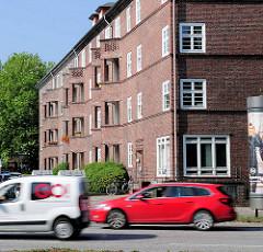 Backsteinarchitektur in Hamburg Eppendorf - Wohnblock mit spitz zulaufenden Balkons in der Strasse Im Winkel / Autoverkehr.