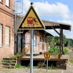 Rampe vom Güterbahnhof in Neustadt Glewe; Schilder Achtung an der Bahnsteigkante, Zutritt verboten - Pictogramm