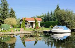 Garten mit Gartenhaus und Sportboot am Bootsanleger; Alte Elde in Parchim.