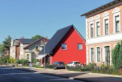 Unterschiedliche Architektur - Wohnhäuser verschiedener Bauweise + Farbgebung; Ludwigsluster Strasse in Neustadt Glewe.