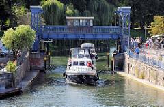 Plauer Hubbrücke an der Müritz-Elde-Wasserstrasse in Plau am See - die stählerne Brücke wurde 1916 errichtet; Sportboote fahren unter der angehobenen Brücke.