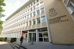 Eingang Bezirksamt Hamburg Nord - Verwaltungsgebäude mit gelber Ziegelfassade, steht unter Denkmalschutz.