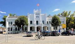 Ehem. Wallhotel in Parchim,  erbaut 1863 mit Elementen des Tudorstils; jetzt Sitz einer Sparkasse.