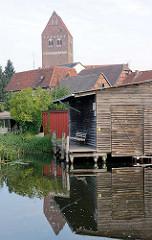 Bootsschuppen / Holzschuppen an der Alten Elde in Parchim - Dächer der Stadt; Kirchturm der Marienkirche.