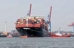 APL MERLION - 368 m langer Containerfrachter APL Merlion - der Megaboxer wurde 2014 gebaut und hat eine Tragfähigkeit von 150 100 t. Schlepper wenden den Megaboxer auf dem Köhlbrand vor dem Altenwerder Container Terminal im Hamburger Hafen.