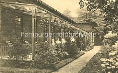 Historische Ansicht vom Krankenhaus Hamburg Eppendorf - Liegehalle; überdachte Veranda mit Blick in den Garten, Grünanlage.