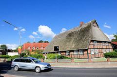 Fachwerkhaus mit Reetdach; fahrendes Auto - Kisdorfer Strasse Henstedt-Ulzburg,  Ortsteil Henstedt