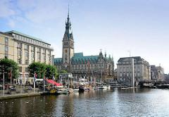 Blick über die Kleine Aslter zum Rathausplatz und dem Hamburger Rathaus.