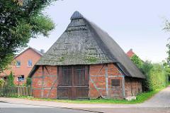 Alte Fachwerkkate mit Reet gedeckt - Dorfstrasse  Henstedt / Hensted-Ulzburg.