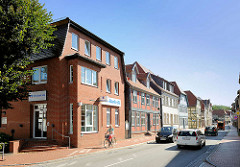 Neubau und historische Architektur in der Wasserstrasse von Neustadt Glewe, Mecklenburg Vorpommern.