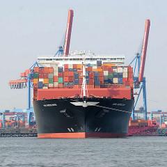 Schiffsbug vom 368m langen Containerschiff APL Merlion - der Megaboxer wurde 2014 gebaut und kann 14 000 Container transportieren.