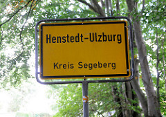 Ortsschild Henstedt Ulzburg, Kreis Segeberg; Laubbäume.