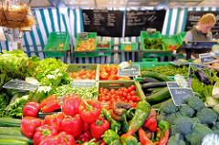 Bio-Wochenmarkt in Hamburg Winterhude - Winterhuder Marktplatz; Gemüsestand.