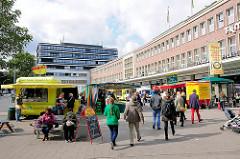 Biomarkt vor dem ehem. Karstadtgebäude in Hamburg Eppendorf - Marie-Jonas-Platz / Passanten.
