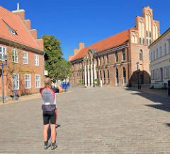 Rathaus von Parchim am Schumarkt - Tourist / Fotograf in Radlerhosen.