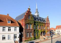 Rathaus von Plau am See - Backsteinbau, 1888 im Stil der Neorenaissance errichtet.