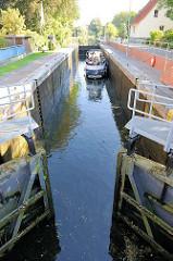 Sportboot in der Schleusenkammer der Stadt Lübz - die Schleusentore schliessen sich.