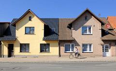 Einzelhäuser / Reihenhäuser in gleichem Baustil - unterschiedliche Renovierung; Bilder aus Plau am See.