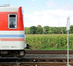 Bahnstrecke der AKN in Henstedt-Ulzburg, Maisfeld.