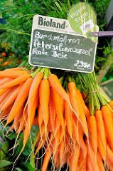 Bio-Wochenmarkt in Hamburg Winterhude - Winterhuder Marktplatz. Bund Möhren, Wurzeln.