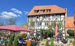 Historisches Wohn- und Geschäftshaus - mehrstöckiges Fachwerkgebäude am Schuhmarkt in Parchim.