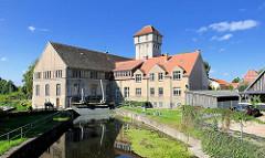 Wasserkraftwerk / Elektrizitätswerk Neustadt-Glewe; Laufwasserkraftwerk am Seitenarm der Elde. Maschinenhaus, Verwaltungsgebäude und Fachwerkschuppen - der Turm wurde als Kraftstoffspeicher genutzt; die Anlage steht unter Denkmalschutz.